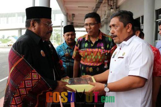 Sekda Tapsel Ulosi Rombongan Wagub Maluku Utara