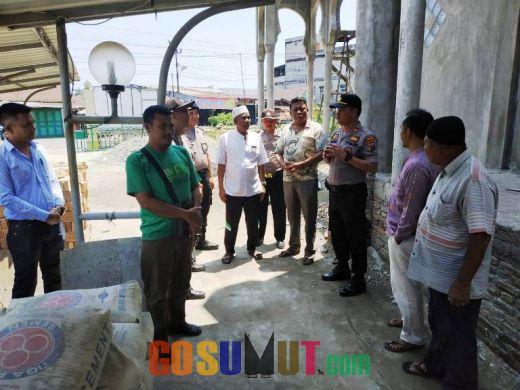 Peduli Rumah Ibadah, Kapolsek Bilah Hilir Serahkan Bantuan Semen