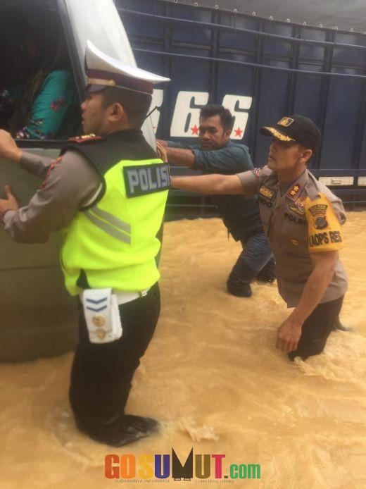 AKBP Frido dan AKP Sonny Evakuasi Anak Sekolah Saat Banjir