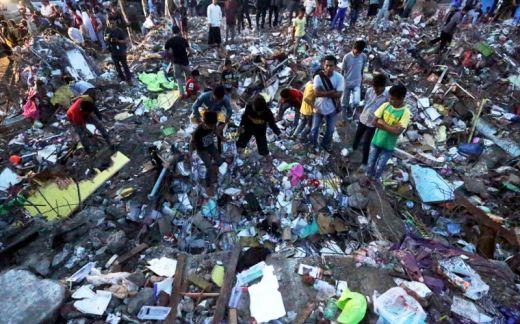 Relawan, TNI, POLRI dan Masyarakat Bersatu Bersihkan Puing-Puing Gempa