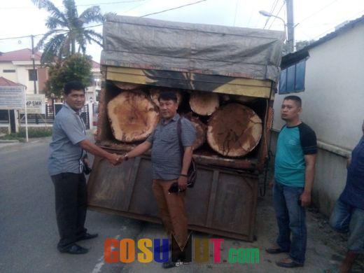 Kodim 0212/TS Serahkan Glondongan Kayu ke Polres Padangsidimpuan