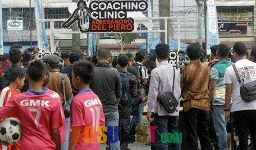 Meski Hujan Turun, Warga Setia Menanti Del Piero di Plaza Medan Fair