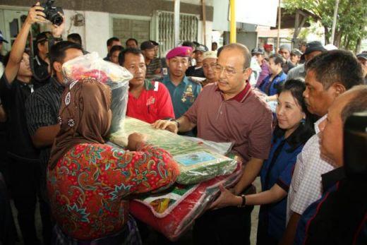 BPBD Kota Medan Serahkan Bantuan pada Korban Kebakaran Belawan