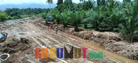 Proyek Penahan Tebing Bantaran Sungai Mengantisipasi Longsor Terus Dikebut