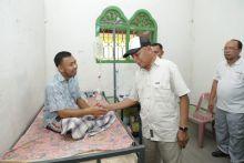 Disela-sela Gotong Royong, Bupati Asahan Sempatkan Diri Jenguk dan Beri Bantuan Kepada Warga Yang Tertimpa Musibah