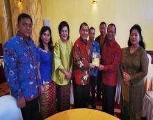 Letjen TNI (Purn) Amir Sembiring serahkan buku Biografi untuk dibaca Bupati Karo